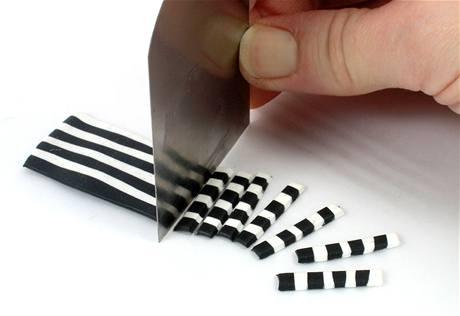 Špachtlí plát nakrájejte na tenké proužky.