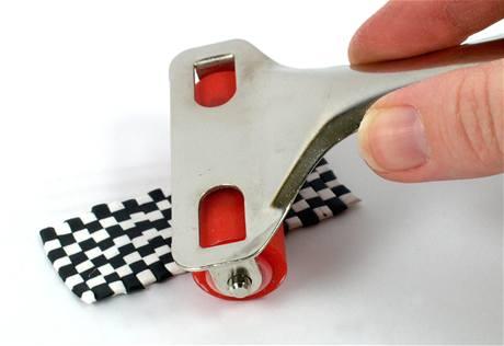 Z proužků vytvořte vzor šachovnice a opět použijte váleček.