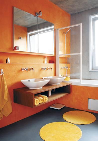 Koupelna se stěrkou Pandomo v oranžové barvě