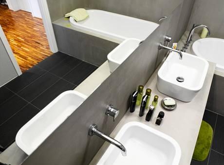 Velké zrcadlo koupelnu opticky zvětšuje
