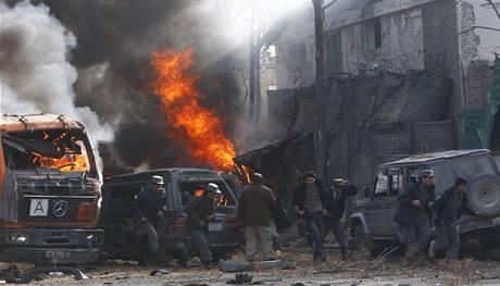 Okolí německé ambasády v Kábulu krátce po výbuchu.