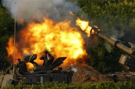 Izraelští vojáci si zakrývají uši, když ostřelují sever pásma Gazy.