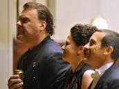 Zleva velšský basbarytonista Bryn Terfel s pivem v ruce, sopranistka Simona Houda Šaturová a dirigent Paolo Olmi při děkovačce po vystoupení, které se uskutečnilo 13. ledna v pražském Obecním domě.