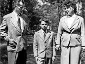 Malý Jan s rodiči Josefem a Libuší v nedělním oblečení
