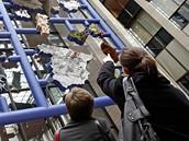 Lidé si v Bruselu prohlížejí provokativní plastiku Entropa od výtvarníka Davida Černého (12. ledna 2009)