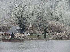 Ani zimní šedivé počasí některé rybáře neodradí