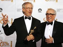 Zlaté glóby 2009 - režisér Steven Spielberg s cenou Cecil B. Demille, kteoru mu předal Martin Scorsese
