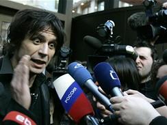 Výtvarník David Černý odpovídá na dotazy novinářů při slavnostním představení plastiky Entropa v Bruselu (15. ledna 2009)