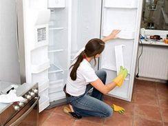 Důkladná očista útrob chladničky je čas od času nutná.
