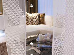 V malém bytě vám dekorativní poloprůsvitné stěny prostor rozčlení víceméně opticky, ale velmi působivě.
