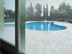 Bl�sk�n� na lep�� �asy � prvn� plastov� okna s integrovan�mi �aluziemi (milosrdn� schovan�mi mezi skly).
