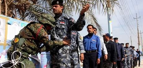 Provinční volby v Iráku. Bezpečnostní prohlídka před volební místností (28. ledna 2009)