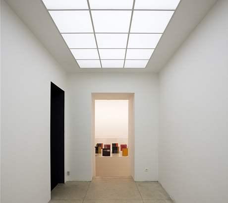 Galerie Václava Špály. Nahoře: Dominik Lang, Denní světlo, 2008. Vzadu: Mathias Poledna, Bez názvu, 2006.