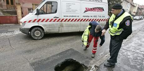 Propadlá silnice na babičkově ulici v Brně