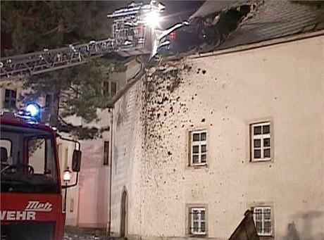 Němec skočil s octávií do střechy kostela