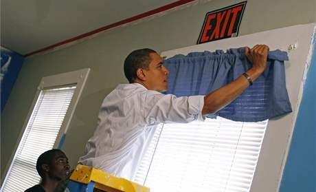 Barack Obama pracuje v útulku pro mladé bezdomovce Sasha Bruce House ve Washingtonu (19. leden 2009)