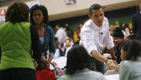 Barack Obama s manželkou Michelle vítají dobrovolníky, kteří přišli do školy Calvin Coolidge High School ve Washingtonu pomáhat s dobrovolnickými pracemi (19. leden 2009)