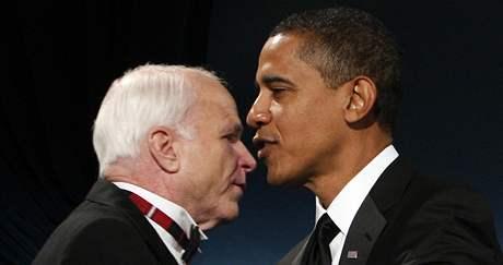 Dřívější rivalové na post prezidenta USA Barack Obama a John McCain během večeře na McCainovu počest. (19. leden 2009)