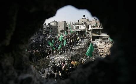 Prohamasovské shromáždění Palestinců před domem zabitého vůdce radikálního hnutí Nizára Rajána. (20. leden 2009)