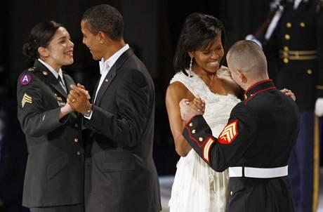Prezident Barack Obama tančí se seržantkou Hererrovou a první dáma Michelle se seržantem Guillenem na jednom z inauguračních bálů ve Washingtonu.