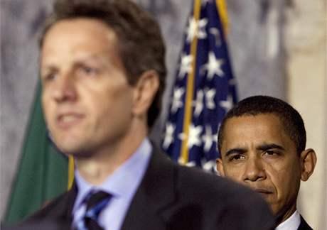 Prezident Barack Obama naslouchá projevu nového ministra financí USA Timothyho Geithnera. (26. leden 2009)