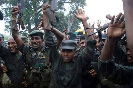 Vládní vojáci po ofenzivě proti Tygrům osvobození tamilského Ílámu poblíž města Mulleittívu