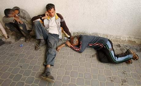 Příbuzní farmáře zabitého při odvetném útoku izraelské armády truchlí před nemocnicí v pásmu Gazy. (27. leden 2009)