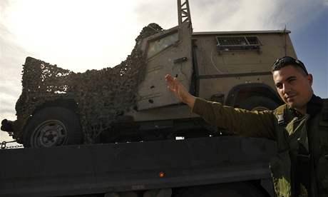Izraelský džíp poškozený ranní explozí poblíž hraničního přechodu Kisufim. (27. leden 2009)