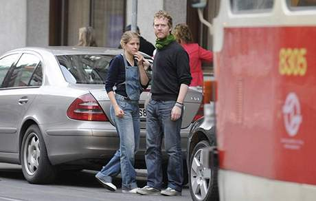 Markéta Irglová a Glen Hansard v ulicích Prahy během srpna 2008