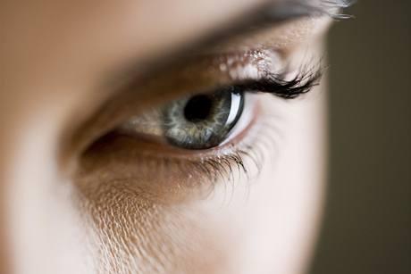 Suché oči a jejich svědění bývá následkem nedostatečné vlhkosti očí.
