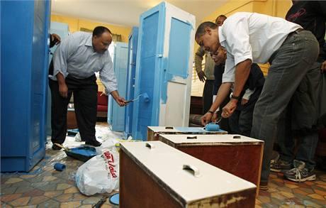 Barack Obama a Martin Luther King III. pracují v útulku pro mladé bezdomovce Sasha Bruce House ve Washingtonu (19. leden 2009)