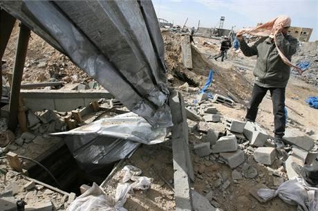Palestinec se připravuje na kontrolu jednoho z tunelů, kterými pašeráci přenášejí z Egypta zboží a zbraně, po izralském bombardování. (28. leden 2009)