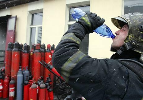 V Karlových Varech hořela po výbuchu plnírna hasicích přístrojů