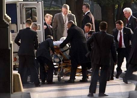 Záchranáři odvážejí senátora Edwarda Kennedyho z Obamovy inaugurace (20. ledna 2009)