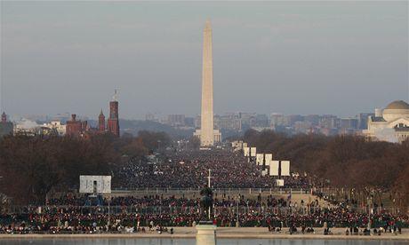 Lidé se scházejí ve washingtonském National Mallu na inauguraci Baracka Obamy