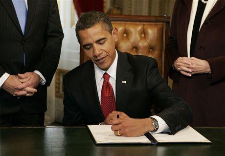 Barack Obama podepisuje svůj první dokument ve funkci prezidenta USA - návrh ministrů své vlády