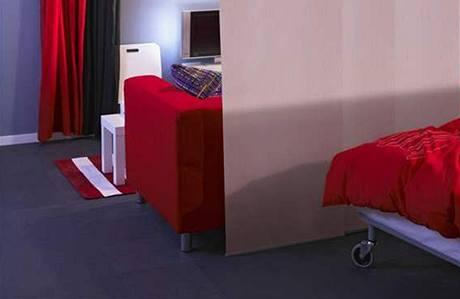 Posuvná st�na vám nap�íklad v garsonié�e skv�le odd�lí odpo�ivnou a spole�enskou �ást. Kdy� jste sami, st�nu zatáhnete ke st�n� a na televizi m�ete koukat z postele.