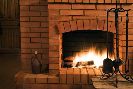 Topení v krbu si má člověk užívat bez obav, že mu shoří střecha nad hlavou.
