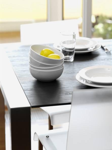 """Dnešní materiály """"klamou"""" tělem - deska stolu je skleněná!"""