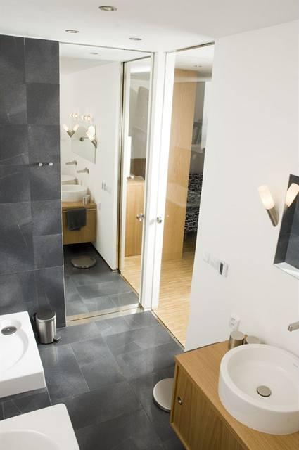 """Posuvné dveře v koupelně jsou zrcadlové směrem do """"předsíně"""", do ložnice bylo použito pouze tvrzené sklo"""