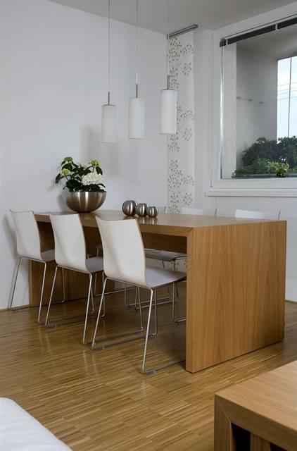 Jednoduchý stůl byl vyrobený na míru