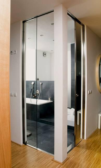 Místo bytového jádra vznikla koupelna s posuvnými dveřmi