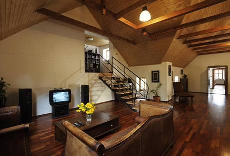 Obývací pokoj. Zajímavě působí spojení selského stavení s nábytkem z exotického teakového dřeva dovezeného z Indonésie.