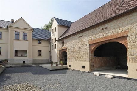 Statek s uzavřeným dvorem, obytným stavením, chlévy a stodolou nese charakteristické znaky českého venkovského archetypu