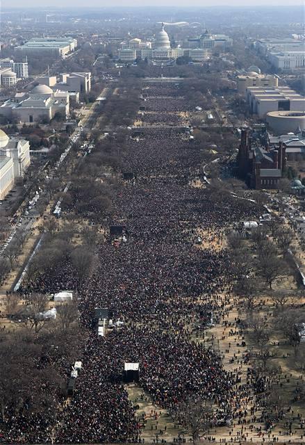 Na prostranství National Mall se sešly stovky tisíc lidí.