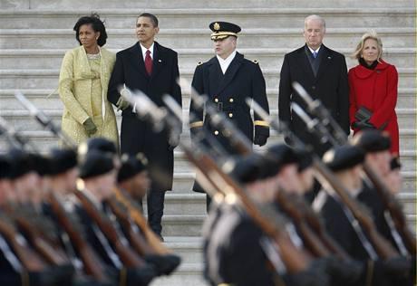 Barack Obama sleduje v roli velitele ozbrojených sil svojí první vojenskou přehlídku. (20.ledna 2009)