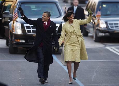 Během cesty po Pennsylvania Avenue vystoupil Barack Obama dvakrát z obrněné limuzíny. (20. ledna 2009)