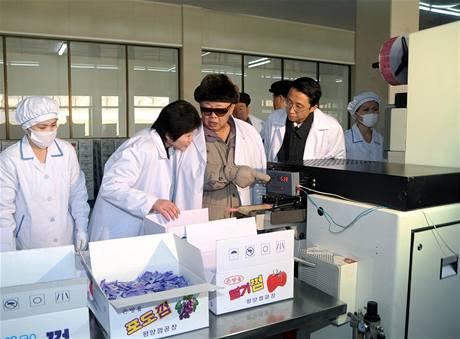 Kim Čong-il v v přádelně hedvábí.