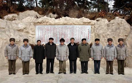 Kim Čong-il (pátý z leva) při focení se severokorejskými úředníky.
