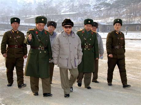 Kim Čong-il při návštěvě vojenské jednotky.
